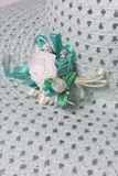 Το Α ευρύς-το θηλυκό καπέλο είναι ανοικτό πράσινο, με buttonhole Τεχνητά λουλούδια υπό μορφή τριαντάφυλλων Στοκ εικόνες με δικαίωμα ελεύθερης χρήσης