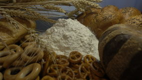 Το αλεύρι, το ψωμί και τα αυτιά του σίτου κλείνουν HD Στοκ Φωτογραφία