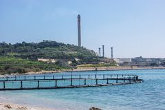 Το Α η μάνδρα τόνου κοντά στο σταθμό παραγωγής ηλεκτρικού ρεύματος, Marsaxlokk στοκ εικόνες