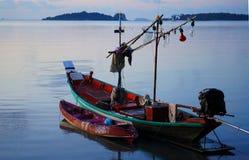Το αλιευτικό σκάφος στην αποβάθρα προετοιμάζεται πλήρως και εξοπλίζεται για την αλιεία Στοκ φωτογραφία με δικαίωμα ελεύθερης χρήσης