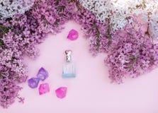 Το βάζο και η πασχαλιά γυαλιού ανθίζουν στο υπόβαθρο για τη SPA και aromatherapy, διάστημα αντιγράφων για το κείμενο Στοκ Εικόνα