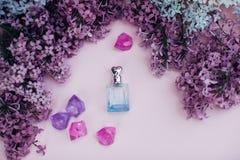 Το βάζο και η πασχαλιά γυαλιού ανθίζουν στο υπόβαθρο για τη SPA και aromatherapy, διάστημα αντιγράφων για το κείμενο Στοκ φωτογραφία με δικαίωμα ελεύθερης χρήσης