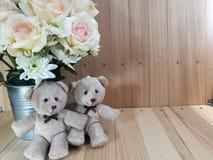 Το βάζο των τριαντάφυλλων ανθοδεσμών στον κάδο αλουμινίου και το καλό ζεύγος αφορούν το ρόδινο υπόβαθρο Στοκ φωτογραφία με δικαίωμα ελεύθερης χρήσης