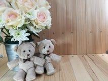 Το βάζο των τριαντάφυλλων ανθοδεσμών στον κάδο αλουμινίου και το καλό ζεύγος αφορούν το ρόδινο υπόβαθρο Στοκ Εικόνα