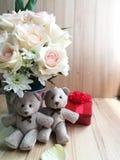 Το βάζο των τριαντάφυλλων ανθοδεσμών στον κάδο αλουμινίου και το καλό ζεύγος αφορούν το ρόδινο υπόβαθρο Στοκ Εικόνες
