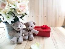 Το βάζο των τριαντάφυλλων ανθοδεσμών στον κάδο αλουμινίου και το καλό ζεύγος αφορούν το ρόδινο υπόβαθρο Στοκ εικόνα με δικαίωμα ελεύθερης χρήσης