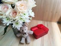 Το βάζο των τριαντάφυλλων ανθοδεσμών στον κάδο αλουμινίου και το καλό ζεύγος αφορούν το ρόδινο υπόβαθρο Στοκ φωτογραφίες με δικαίωμα ελεύθερης χρήσης