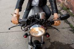 Το βάναυσο άτομο κάθεται στη μοτοσικλέτα συνήθειας δρομέων καφέδων Στοκ φωτογραφία με δικαίωμα ελεύθερης χρήσης
