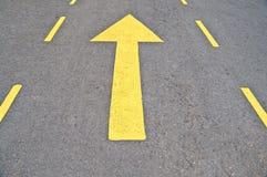 το βέλος διαβιβάζει κίτρινο στοκ εικόνα με δικαίωμα ελεύθερης χρήσης