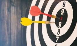 Το βέλος στόχων με τα βέλη στόχων και dartboard είναι ο στόχος και το γ Στοκ Εικόνα