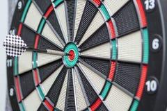Το βέλος χτυπά το κέντρο dartboard Στοκ Φωτογραφία