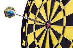 Το βέλος χτυπά bullseye ως σύμβολο για την επιτυχία Στοκ Εικόνες