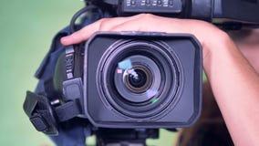 Το βίντεο εγγραφής γύρω από από ένα καμεραμάν, που μεγεθύνει γυρίζει έξω και έπειτα επαναπροσανατολισμένος λοξά απόθεμα βίντεο