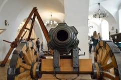Το βαρέλι μιας παλαιάς μάχης πυροβολικού μάχης μεσαιωνικής παλαιάς ενός παλαιού πυροβόλου στοκ φωτογραφία με δικαίωμα ελεύθερης χρήσης