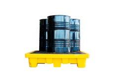 Το βαρέλι μετάλλων ή εμπορευματοκιβώτιο πετρελαίου, το μαύρο βαρέλι μετάλλων ή το πετρέλαιο περιέχουν Στοκ Εικόνες
