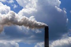 Το βαρύ εργοστάσιο βιομηχανίας σωλήνων εκπέμπει στην πτώση, την αιθαλομίχλη και το αέριο αέρα, που μολύνουν τον πλανήτη Στοκ Εικόνα
