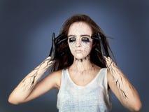 Το βασανισμένο κορίτσι με τα μαυρισμένα μάτια και τις μαύρες φλέβες και η πετώντας τρίχα σκεπτικά και κρατούν τα δάχτυλά της στου στοκ φωτογραφίες