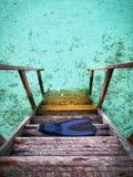 Το βατραχοπέδιλο ή το πτερύγιο κατάδυσης σκαφάνδρων είναι στην ξύλινη σκάλα πέρα από την παραλία των Μαλδίβες Το θαλάσσιο νερό εί στοκ εικόνες