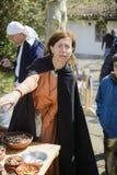 Το ΒΕΛΊΚΟ ΤΎΡΝΟΒΟ, ΒΟΥΛΓΑΡΙΑ, στις 4 Απριλίου 2015, γυναίκα με τα εκλεκτής ποιότητας ενδύματα μαγειρεύει το μεσαιωνικό γεύμα στη  στοκ εικόνες με δικαίωμα ελεύθερης χρήσης