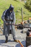 Το ΒΕΛΊΚΟ ΤΎΡΝΟΒΟ, ΒΟΥΛΓΑΡΙΑ, στις 4 Απριλίου 2015, executioner λήψη θέτει και παραγωγή της επίδειξης για τον τουρίστα στη μεσαιω Στοκ Φωτογραφία