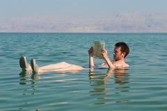 το βιβλίο διαβάζει τη γυναίκα Στοκ Εικόνα