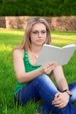 το βιβλίο διαβάζει τη γυ&n στοκ εικόνες