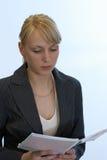 το βιβλίο διαβάζει το γράψιμο γυναικών Στοκ εικόνα με δικαίωμα ελεύθερης χρήσης
