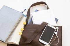 Το βιβλίο εκπαίδευσης στην τσάντα προετοιμάζεται πηγαίνει να μελετήσει Στοκ Εικόνα