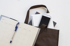 Το βιβλίο εκπαίδευσης στην τσάντα προετοιμάζεται πηγαίνει να μελετήσει Στοκ Εικόνες