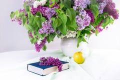 Το βιβλίο, η Apple και μια μεγάλη ανθοδέσμη της πασχαλιάς Στοκ φωτογραφία με δικαίωμα ελεύθερης χρήσης
