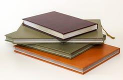το βιβλίο κρατά τον ανοικτό πορτοκαλή σωρό Στοκ Εικόνες