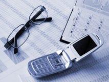 το βιβλίο λογαριάζει το οικονομικό τηλέφωνο γυαλιών Στοκ Φωτογραφίες