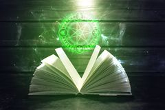Το βιβλίο στον πίνακα έρχεται έξω ελαφρύ και μαγικό σημάδι Στοκ Φωτογραφίες