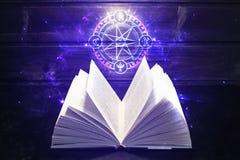 Το βιβλίο στον πίνακα έρχεται έξω ελαφρύ και μαγικό σημάδι Στοκ Εικόνα