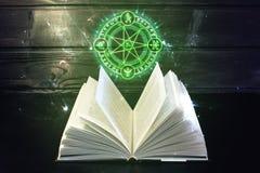 Το βιβλίο στον πίνακα έρχεται έξω ελαφρύ και μαγικό σημάδι Στοκ φωτογραφία με δικαίωμα ελεύθερης χρήσης