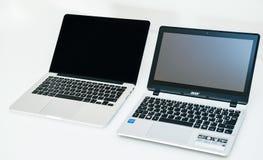Το βιβλίο του Apple Mac υπέρ και Acer επιδιώκουν lap-top Στοκ Φωτογραφίες