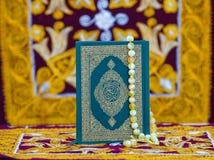 Το βιβλίο Quran και χάντρες προσευχής στοκ φωτογραφία με δικαίωμα ελεύθερης χρήσης