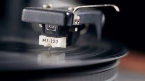 Το βινυλίου αρχείο παίζει με μια βελόνα σε το απόθεμα βίντεο