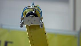 Το βιομηχανικό κίτρινο χρώμα χειριστών ρομπότ εκτελεί τις μετακινήσεις που είναι προγραμματισμένες στη μονάδα ελέγχου Καλυμμένος  απόθεμα βίντεο