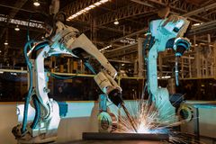Το βιομηχανικό ρομπότ είναι νέο πρόγραμμα δοκιμαστικής λειτουργίας στο αυτοκίνητο εργοστάσιο Στοκ Φωτογραφίες