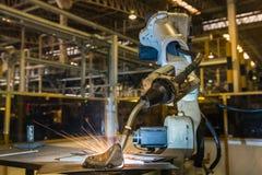 Το βιομηχανικό ρομπότ ενώνει στενά το αυτοκίνητο μέρος συνελεύσεων στο εργοστάσιο αυτοκινήτων Στοκ εικόνες με δικαίωμα ελεύθερης χρήσης