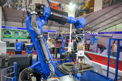 Το βιομηχανικό ρομπότ παρουσιάζει Στοκ εικόνα με δικαίωμα ελεύθερης χρήσης