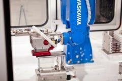 Το βιομηχανικό ρομπότ Yaskawa παραδίδει τη βιομηχανία κατασκευής στην έκθεση Cebit το 2017 στο Αννόβερο Messe, Γερμανία στοκ εικόνες