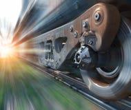 Το βιομηχανικό τραίνο ραγών κυλά το εννοιολογικό υπόβαθρο προοπτικής τεχνολογίας κινηματογραφήσεων σε πρώτο πλάνο Στοκ φωτογραφίες με δικαίωμα ελεύθερης χρήσης