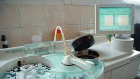 Το βιοϊατρικό εργαστήριο υποβάλλει την εργασία σε φυγοκέντρωση Ιατρική πείρα υψηλής τεχνολογίας απόθεμα βίντεο