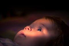 Το βλέμμα ενός μικρού παιδιού στο φως του ήλιου Στοκ εικόνα με δικαίωμα ελεύθερης χρήσης