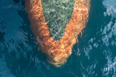 Το βολβοειδές τόξο του θωρηκτού που πλέει στη βαθιά μπλε θάλασσα δημιούργησε την ελασματική ροή στοκ εικόνες με δικαίωμα ελεύθερης χρήσης