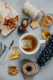 Το βοτανικό τσάι, αμύγδαλα, σταφύλια, μέλι, σύκα, ξεραίνει τα φύλλα, lavender ο Στοκ εικόνα με δικαίωμα ελεύθερης χρήσης