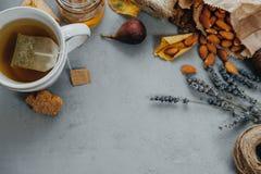 Το βοτανικό τσάι, αμύγδαλα, σταφύλια, μέλι, σύκα, ξεραίνει τα φύλλα, lavender ο Στοκ Εικόνες