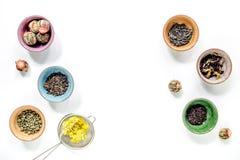 Το βοτανικό τσάι ποτών με παρασκευάζει το άσπρο διάστημα άποψης επιτραπέζιου υποβάθρου τοπ για το κείμενο Στοκ Φωτογραφίες